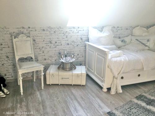 Gästezimmer mit Shabby Chic Einrichtung und Landhausbett in Weiß