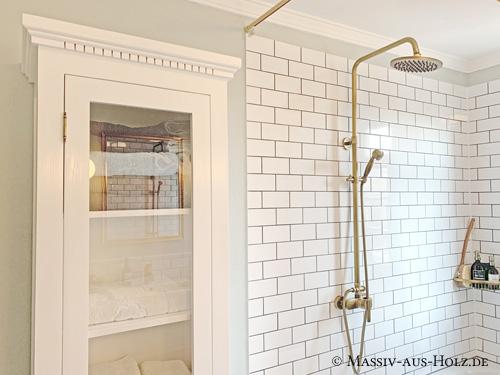 Wunderschöne weiße Holzvitrine im Bad