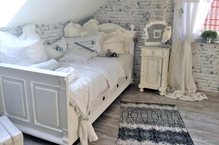 Gästezimmer im Shabby Chic Stil mit Landhausbett Alt weiß