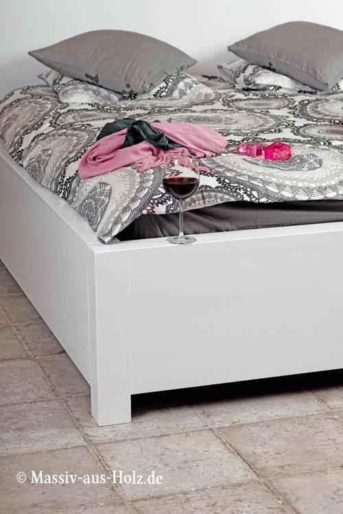 modernes-Holzbett-schlicht-puristisch-weiss-lackiert