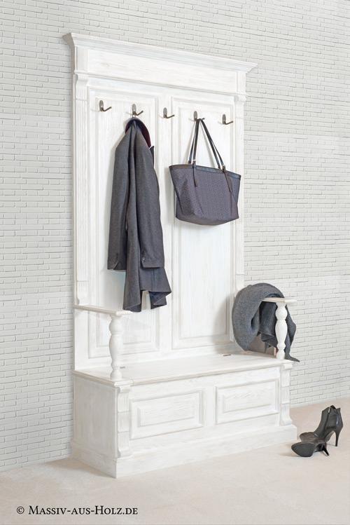 Wandgarderobe mit Sockel