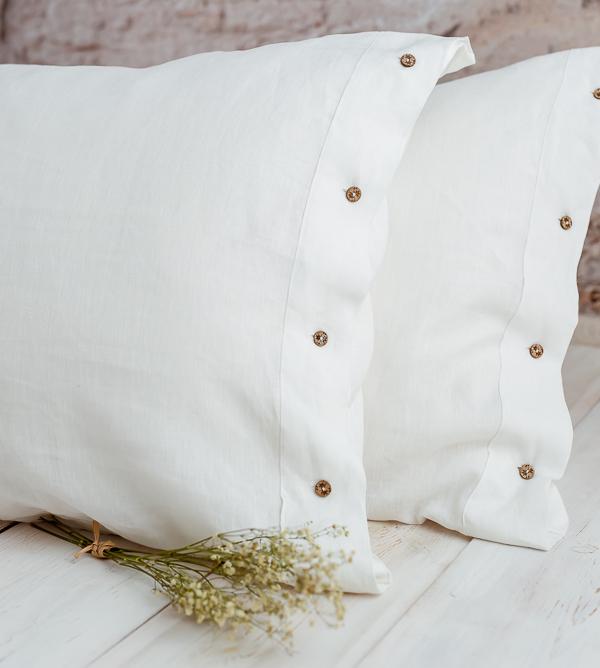 Weiße Leinen Kissen mit Kokosknopf