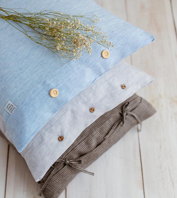 Kissenbezug aus Leinen mit Holzknöpfen